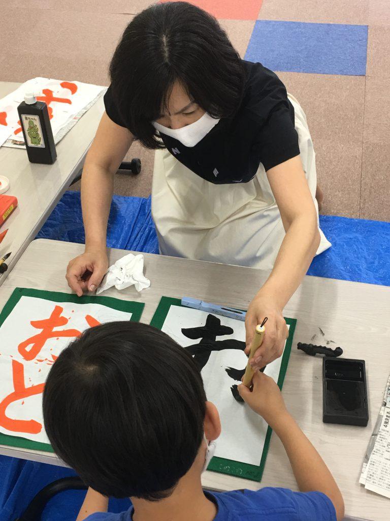 書道教室では、一人ずつ書道の練習をします。 礼儀作法から筆づかいまで、小学校一年生の子も頑張って練習しています